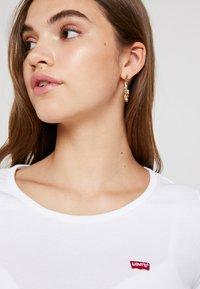 Levi's® - TEE 2 PACK - T-shirt - bas - white/smokestack heather - 5