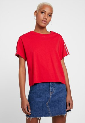 VARSITY TEE - Print T-shirt - brilliant red