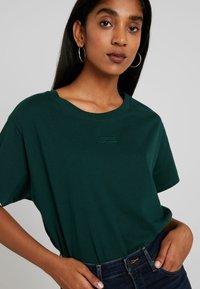 Levi's® - GRAPHIC VARSITY TEE - Basic T-shirt - pine grove - 4