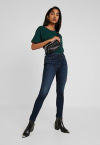 Levi's® - GRAPHIC VARSITY TEE - Basic T-shirt - pine grove - 1