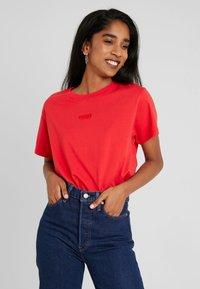 Levi's® - GRAPHIC VARSITY TEE - T-shirt basique - tonal baby tab brilliant red - 0