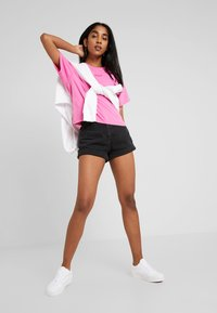 Levi's® - GRAPHIC VARSITY TEE - Camiseta básica - tonal baby tab phlox pink - 1