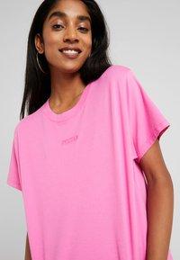Levi's® - GRAPHIC VARSITY TEE - Camiseta básica - tonal baby tab phlox pink - 4