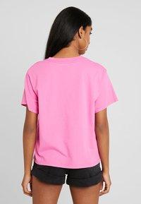 Levi's® - GRAPHIC VARSITY TEE - Camiseta básica - tonal baby tab phlox pink - 2