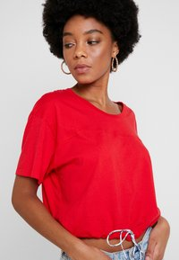 Levi's® - DRAWSTRING TEE - Print T-shirt - brilliant red - 4