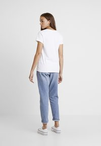 Levi's® - PERFECT V NECK - T-shirt z nadrukiem - white - 2