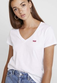 Levi's® - PERFECT V NECK - T-shirt z nadrukiem - white - 3