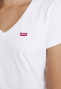 Levi's® - PERFECT V NECK - T-shirt z nadrukiem - white - 5