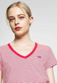 Levi's® - PERFECT V NECK - T-shirt imprimé - annalise tomato - 4