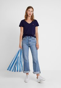 Levi's® - PERFECT V NECK - Triko s potiskem - sea captain blue - 1