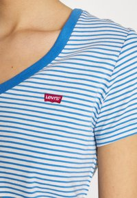 Levi's® - PERFECT V NECK - T-shirt imprimé - light blue, white - 4