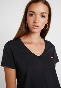 Levi's® - PERFECT V NECK - T-shirt con stampa - caviar - 5