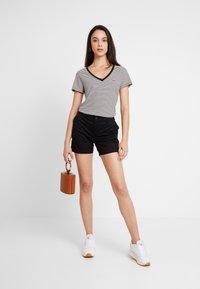 Levi's® - PERFECT V NECK - T-shirts med print - cloud dancer - 1