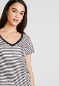 Levi's® - PERFECT V NECK - Printtipaita - cloud dancer