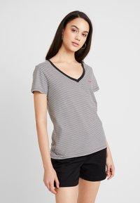 Levi's® - PERFECT V NECK - T-shirts med print - cloud dancer - 0