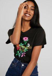 Levi's® - GRAPHIC VARSITY TEE - Print T-shirt - black - 3