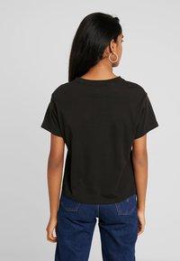 Levi's® - GRAPHIC VARSITY TEE - Print T-shirt - black - 2