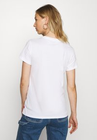 Levi's® - THE PERFECT TEE - Printtipaita - white - 2