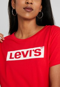 Levi's® - THE PERFECT TEE - Triko spotiskem - brilliant red - 4