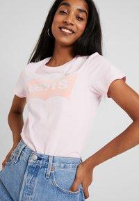 Levi's® - THE PERFECT TEE - Triko spotiskem - flock pink lady - 4