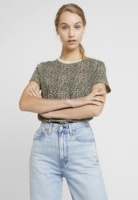 Levi's® - PERFECT TEE - T-shirt med print - chest hit - 0