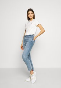 Levi's® - PERFECT TEE - T-shirt z nadrukiem - yellow - 1
