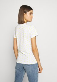 Levi's® - PERFECT TEE - T-shirt z nadrukiem - yellow - 2