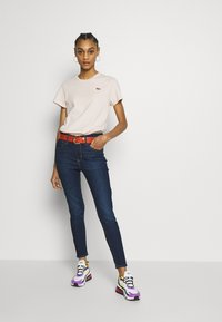 Levi's® - PERFECT TEE - T-shirt con stampa - peach blush - 1