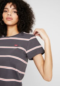 Levi's® - PERFECT TEE - T-shirt med print - amira/forged iron