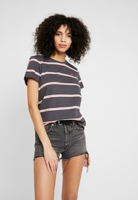 Levi's® - PERFECT TEE - T-shirt med print - amira/forged iron - 0