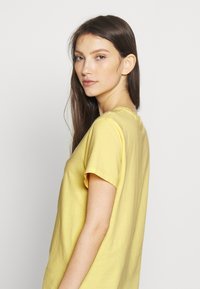 Levi's® - PERFECT TEE - T-shirts med print - pale banana - 3