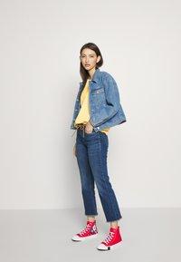 Levi's® - PERFECT TEE - T-shirts med print - pale banana - 1