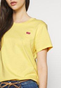 Levi's® - PERFECT TEE - T-shirts med print - pale banana - 5