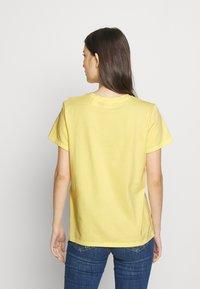 Levi's® - PERFECT TEE - T-shirts med print - pale banana - 2