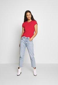 Levi's® - PERFECT TEE - T-shirt z nadrukiem - tomato - 1