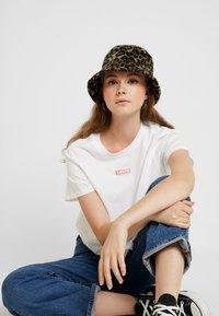 Levi's® - GRAPHIC VARSITY TEE - T-shirt z nadrukiem - box tab pink white - 3