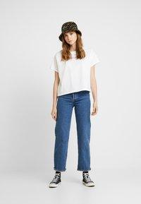Levi's® - GRAPHIC VARSITY TEE - T-shirt z nadrukiem - box tab pink white - 1