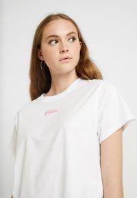 Levi's® - GRAPHIC VARSITY TEE - T-shirt z nadrukiem - box tab pink white - 5