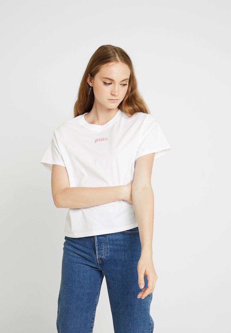 Levi's® - GRAPHIC VARSITY TEE - T-shirt z nadrukiem - box tab pink white
