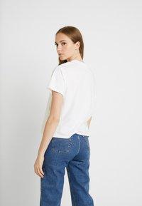 Levi's® - GRAPHIC VARSITY TEE - T-shirt z nadrukiem - box tab pink white - 2