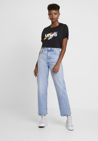 Levi's® - GRAPHIC VARSITY TEE SLANTED STRIPE LOGO - T-shirts print - black - 1