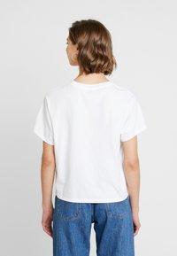 Levi's® - GRAPHIC VARSITY TEE - T-shirt con stampa - white - 2