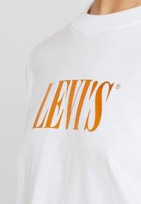 Levi's® - GRAPHIC VARSITY TEE - T-shirt con stampa - white - 5