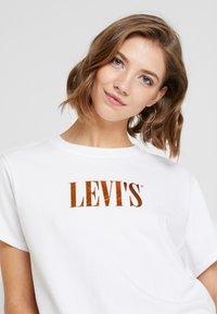 Levi's® - GRAPHIC VARSITY TEE - T-shirt con stampa - white - 3
