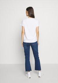 Levi's® - GRAPHIC VARSITY TEE - T-shirt z nadrukiem - white - 2