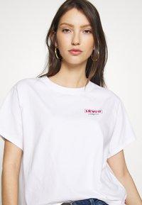 Levi's® - GRAPHIC VARSITY TEE - T-shirt z nadrukiem - white - 3