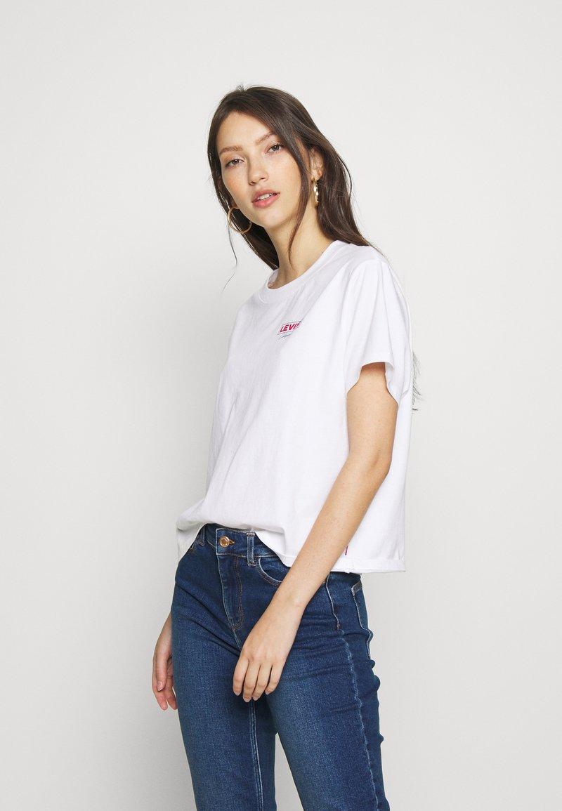 Levi's® - GRAPHIC VARSITY TEE - T-shirt z nadrukiem - white