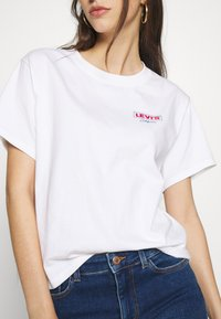 Levi's® - GRAPHIC VARSITY TEE - T-shirt z nadrukiem - white - 5
