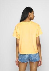 Levi's® - GRAPHIC VARSITY TEE - T-shirts med print - yellow - 2