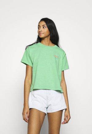GRAPHIC VARSITY TEE - T-shirts med print - absinthe green